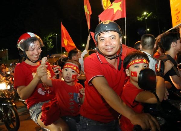 Cả nước xuống đường reo hò ăn mừng Olympic Việt Nam vào bán kết ASIAD 2018 - Ảnh 10