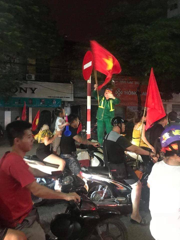 Cả nước xuống đường reo hò ăn mừng Olympic Việt Nam vào bán kết ASIAD 2018 - Ảnh 4