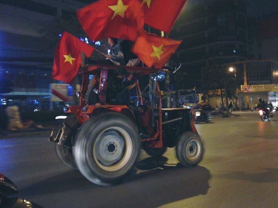 Cả nước xuống đường reo hò ăn mừng Olympic Việt Nam vào bán kết ASIAD 2018 - Ảnh 5