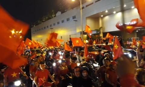 Cả nước xuống đường reo hò ăn mừng Olympic Việt Nam vào bán kết ASIAD 2018 - Ảnh 6