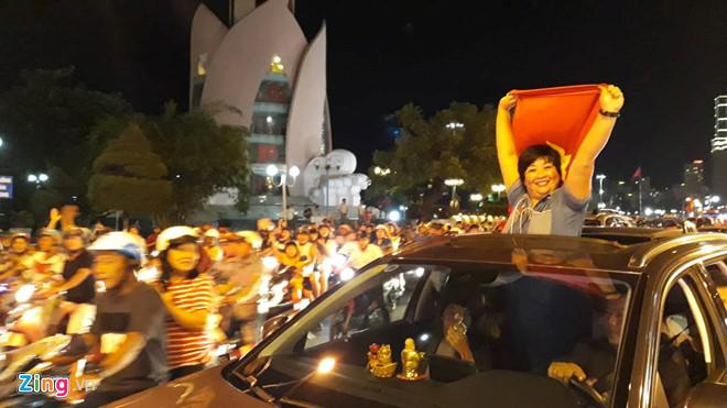 Cả nước xuống đường reo hò ăn mừng Olympic Việt Nam vào bán kết ASIAD 2018 - Ảnh 9