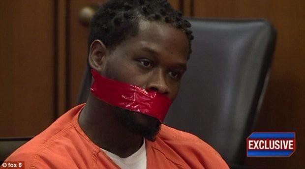 Bị cáo bị bịt miệng khi xét xử vì nói quá nhiều - Ảnh 1