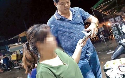"""Hé lộ về """"ông trùm quyền lực ngầm"""" khiến tiểu thương chợ Long Biên khiếp sợ - Ảnh 1"""