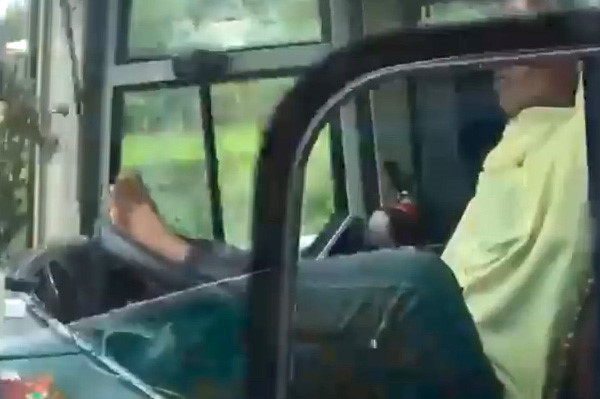 """Video: Cặp vợ chồng """"điếc không sợ súng"""", thản nhiên lái xe bằng chân - Ảnh 1"""