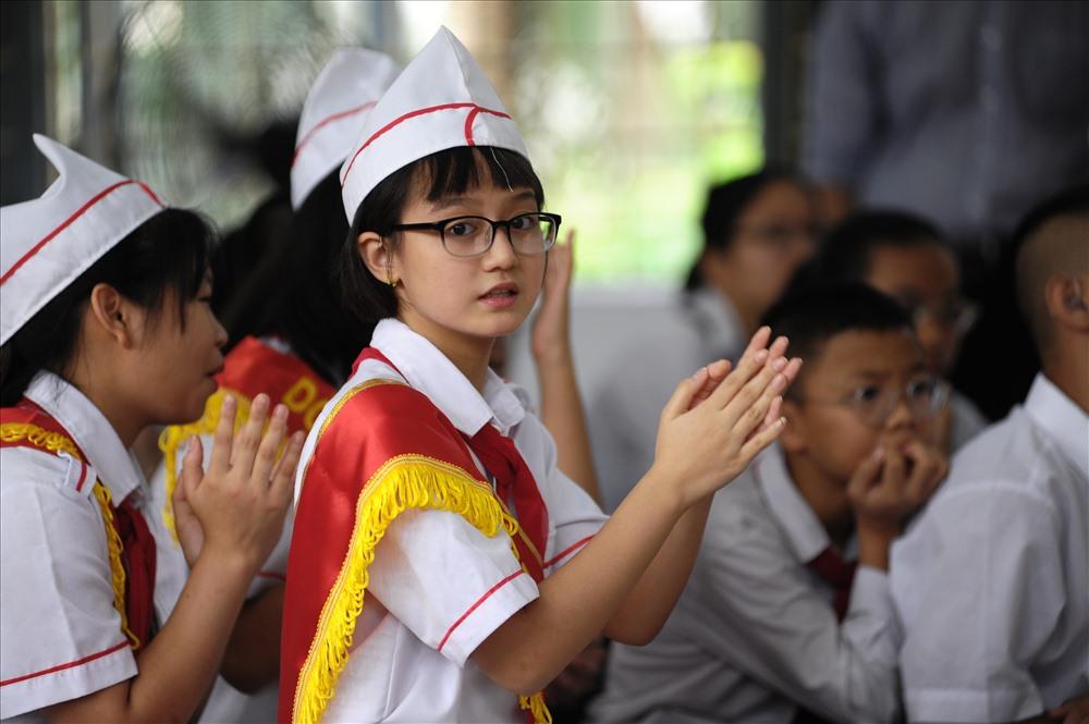 Lễ khai giảng tại ngôi trường khiếm thính: Xúc động hình ảnh học sinh hát quốc ca bằng tay - Ảnh 1