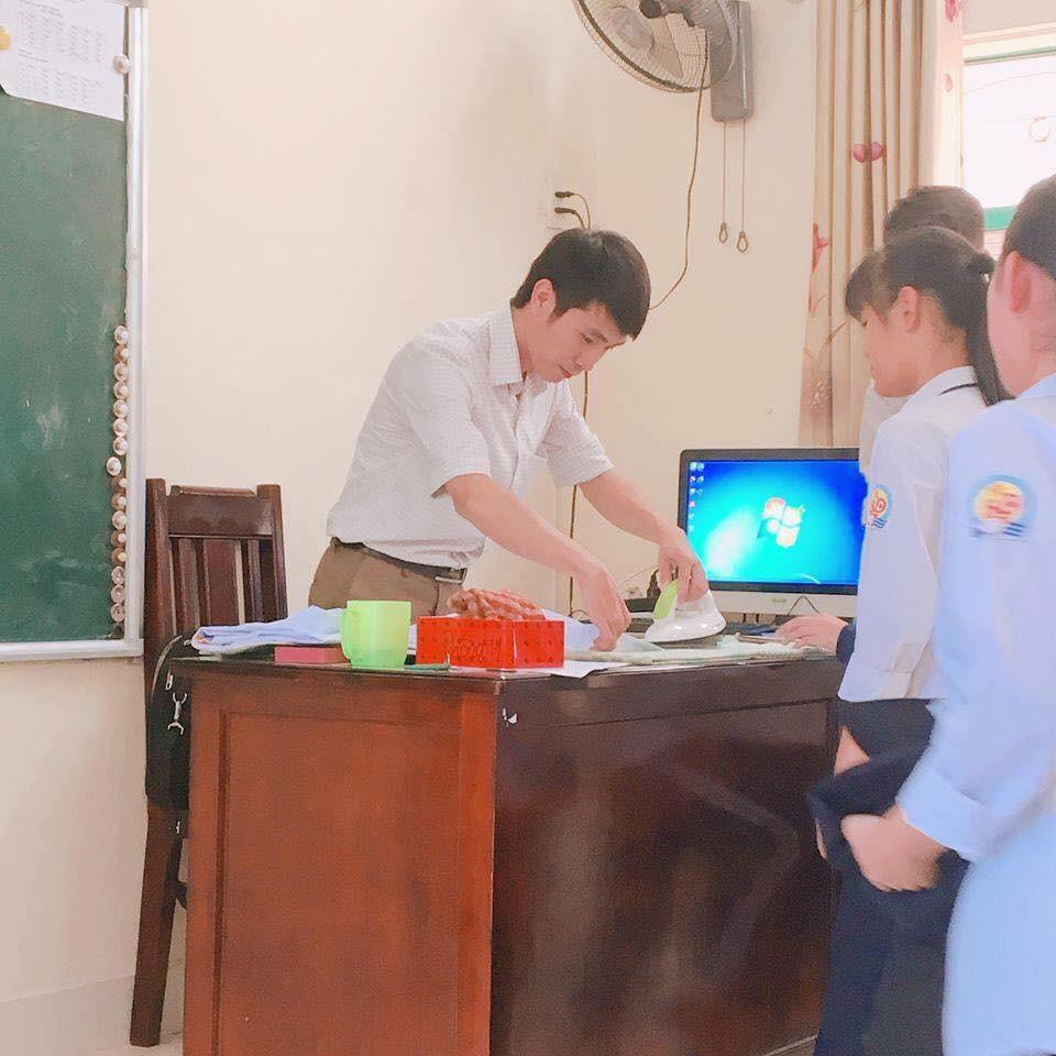 Cư dân mạng phát sốt với hình ảnh thầy giáo là áo cho học sinh đi khai giảng - Ảnh 1