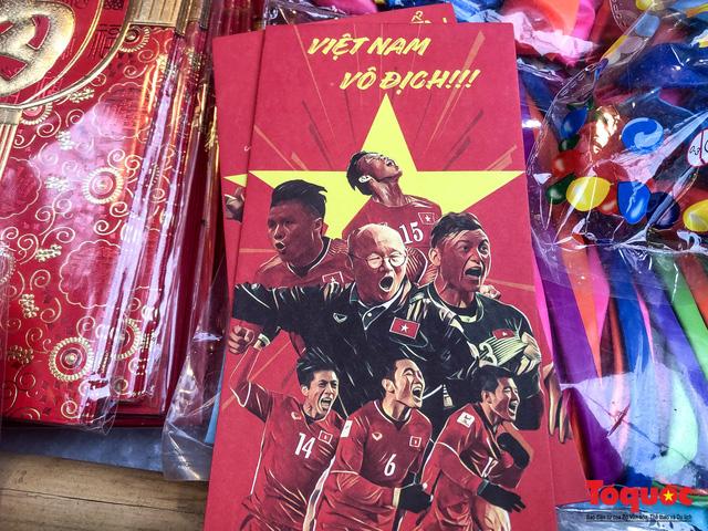 """Bao lì xì in hình ĐT Việt Nam """"gây bão"""" trên thị trường ngày cận Tết nguyên đán - Ảnh 1"""