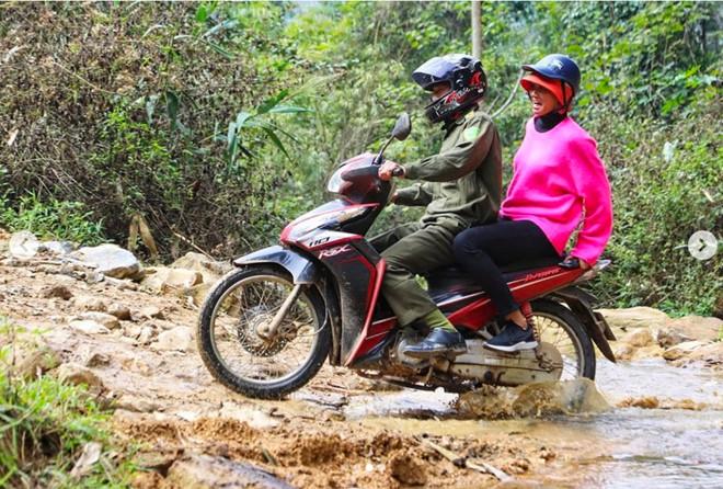 Dân mạng quốc tế hết lời khen ngợi hình ảnh H'Hen Niê giản dị đi xe máy đón Tết ở Sơn La - Ảnh 1