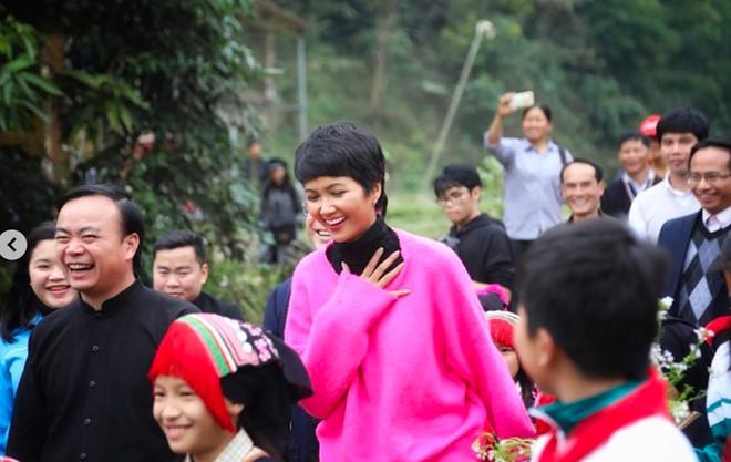 Dân mạng quốc tế hết lời khen ngợi hình ảnh H'Hen Niê giản dị đi xe máy đón Tết ở Sơn La - Ảnh 2