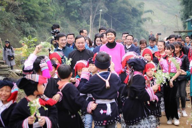 Dân mạng quốc tế hết lời khen ngợi hình ảnh H'Hen Niê giản dị đi xe máy đón Tết ở Sơn La - Ảnh 4
