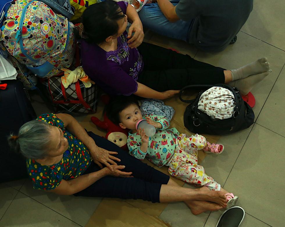 Hàng ngàn hành khách về quê ăn Tết vạ vật sau sự cố tàu SE1 trật bánh - Ảnh 4