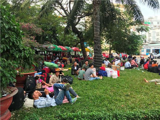Hàng ngàn hành khách về quê ăn Tết vạ vật sau sự cố tàu SE1 trật bánh - Ảnh 5