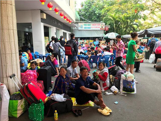 Hàng ngàn hành khách về quê ăn Tết vạ vật sau sự cố tàu SE1 trật bánh - Ảnh 6