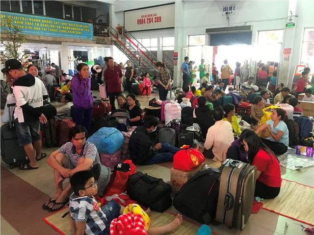 Hàng ngàn hành khách về quê ăn Tết vạ vật sau sự cố tàu SE1 trật bánh - Ảnh 7