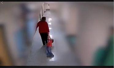 Phẫn nộ cảnh cô giáo kéo lê học sinh tự kỷ dọc hành lang - Ảnh 1