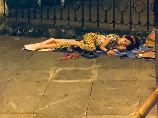 Rớt nước mắt hình ảnh bé gái nằm ngủ trên đường trong đêm Việt Nam giành chiến thắng - Ảnh 2