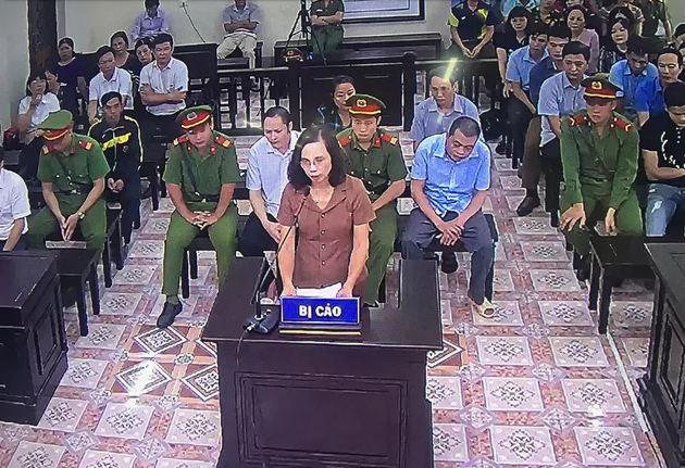Xét xử vụ gian lận thi cử Hà Giang: Công bố tin nhắn của vợ chủ tịch tỉnh 3 lần nhờ vả - Ảnh 1