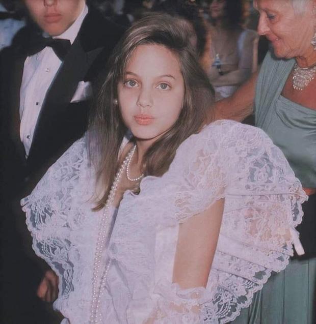 """Loạt ảnh khí chất ngời ngời và nhan sắc hơn người của Angelina Jolie lúc 11 tuổi """"hớp hồn"""" dân mạng - Ảnh 2"""