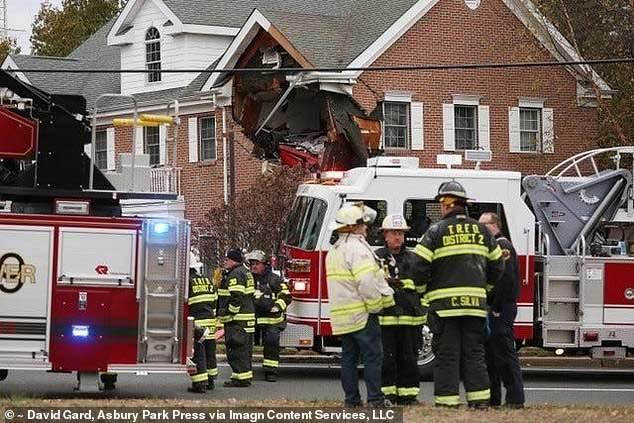"""Kinh hoàng chiếc Porsche """"bay"""" đâm thủng tường nhà, 2 người chết tại chỗ - Ảnh 1"""