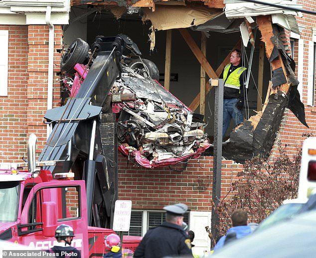 """Kinh hoàng chiếc Porsche """"bay"""" đâm thủng tường nhà, 2 người chết tại chỗ - Ảnh 2"""