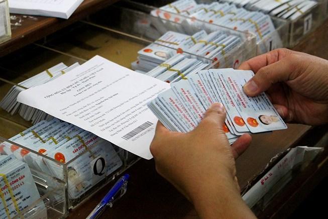 Không cắt góc CMND cũ khi chờ chuyển sang thẻ căn cước công dân - Ảnh 1