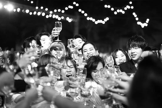 """Đông Nhi tung bộ ảnh nét căng, quậy tưng bừng trong """"siêu đám cưới"""" ở Phú Quốc - Ảnh 5"""