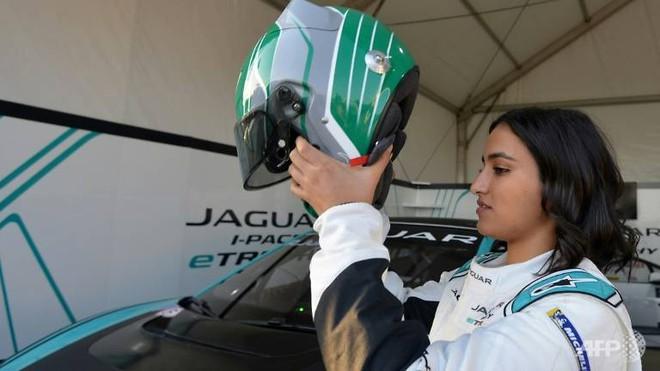 Người phụ nữ đầu tiên ở Arab Saudi đua xe là ai? - Ảnh 1