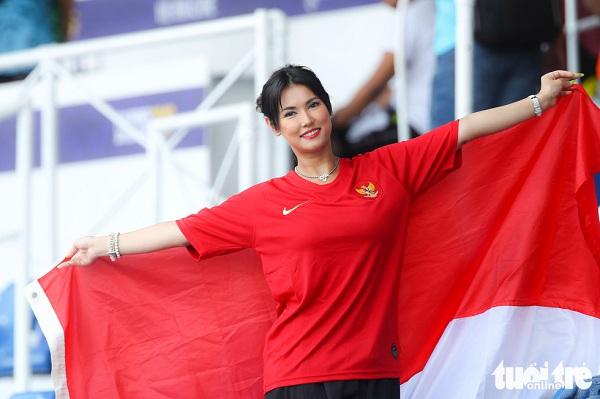 Ngôi sao phim người lớn Maria Ozawa nóng bỏng cổ vũ trận Thái Lan – Indonesia - Ảnh 1