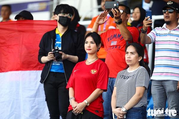 Ngôi sao phim người lớn Maria Ozawa nóng bỏng cổ vũ trận Thái Lan – Indonesia - Ảnh 2