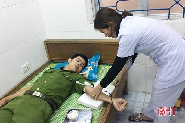 Cán bộ Công an Hà Tĩnh hiến máu cứu bệnh nhân nguy kịch - Ảnh 1