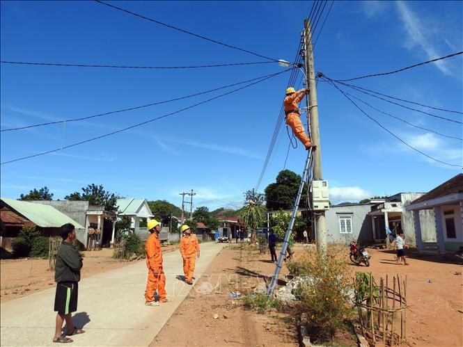 Kon Tum giúp dân thắp sáng đường làng - Ảnh 1