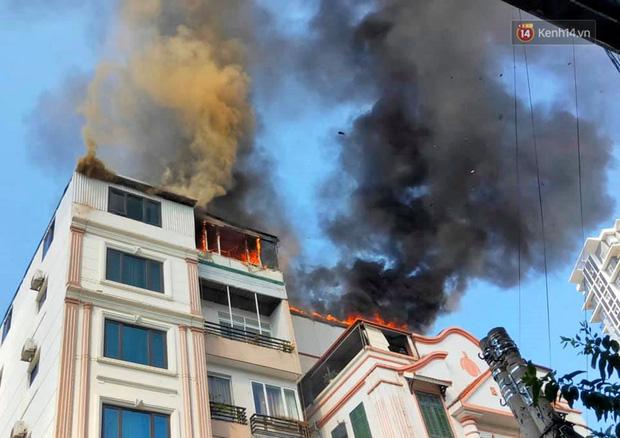 Chung cư mini trên đường Trung Kính cháy ngùn ngụt, cả phố hoảng loạn  - Ảnh 1