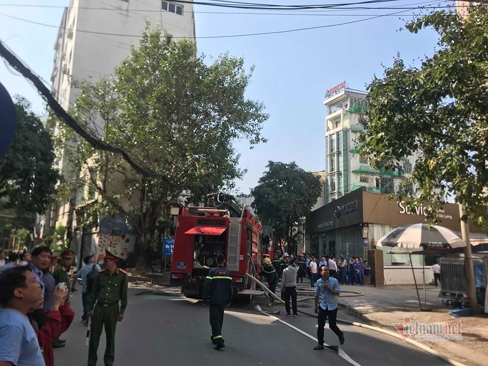 Chung cư mini trên đường Trung Kính cháy ngùn ngụt, cả phố hoảng loạn  - Ảnh 2