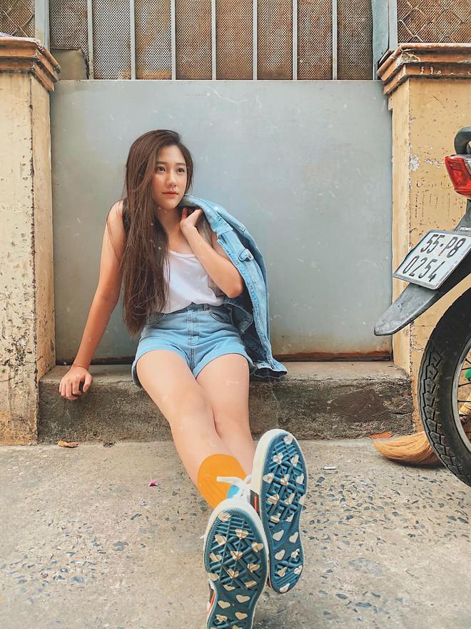 Em gái 20 tuổi của Trấn Thành diện bikini khoe dáng nuột nà bên hồ bơi - Ảnh 4