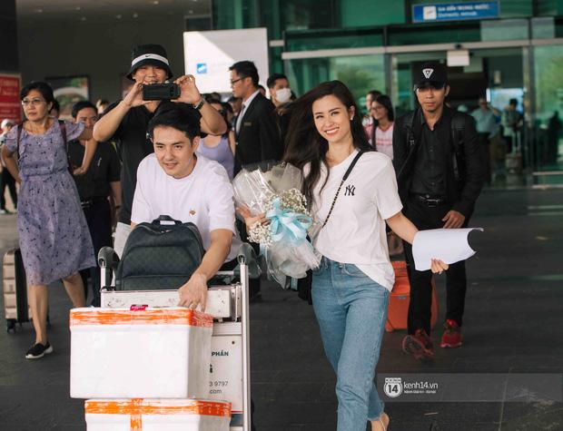"""Khoảnh khắc """"tình bể bình"""" của Đông Nhi và Ông Cao Thắng ở sân bay Tân Sơn Nhất - Ảnh 2"""