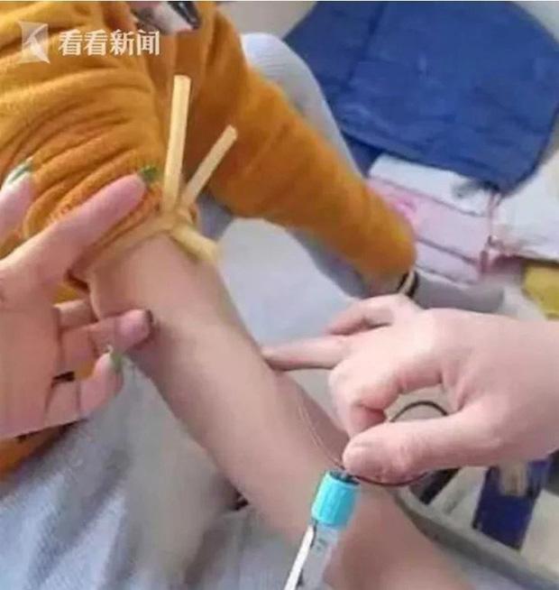 Phẫn nộ cô giáo đá vào vùng kín bé trai 7 tuổi đến chảy máu phải cấp cứu - Ảnh 1