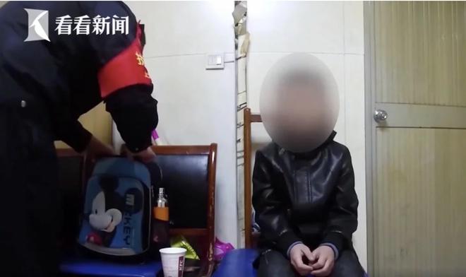 Phẫn nộ cảnh bé trai bị cha phạt quỳ ăn xin ở ga tàu vì không làm bài tập về nhà - Ảnh 1
