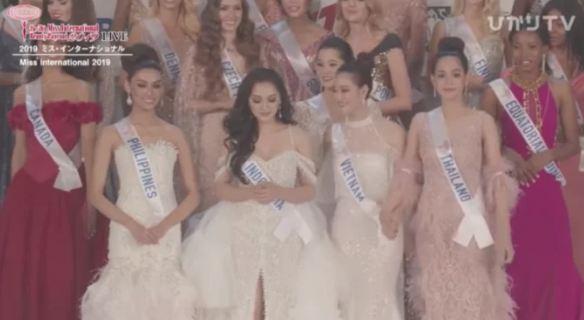 Những người đẹp nắm tay, ôm ấp mỹ nhân Việt Nam trước khi đăng quang hoa hậu - Ảnh 3