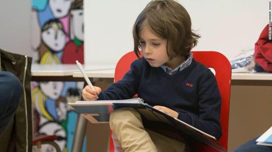 Ngắm nhan sắc vạn người mê cùng khí chất ngút ngàn của thần đồng 9 tuổi có chỉ số IQ ngang Albert Einstein - Ảnh 2