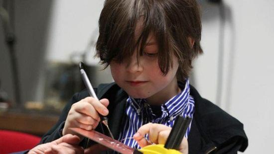 Ngắm nhan sắc vạn người mê cùng khí chất ngút ngàn của thần đồng 9 tuổi có chỉ số IQ ngang Albert Einstein - Ảnh 3