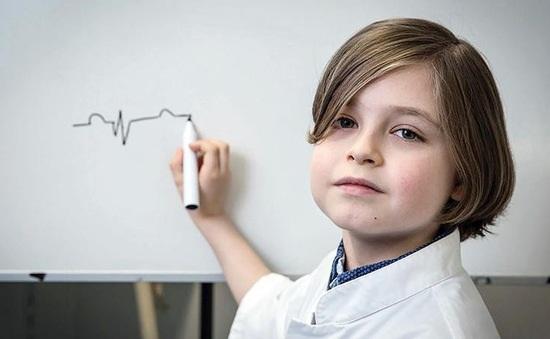 Ngắm nhan sắc vạn người mê cùng khí chất ngút ngàn của thần đồng 9 tuổi có chỉ số IQ ngang Albert Einstein - Ảnh 6