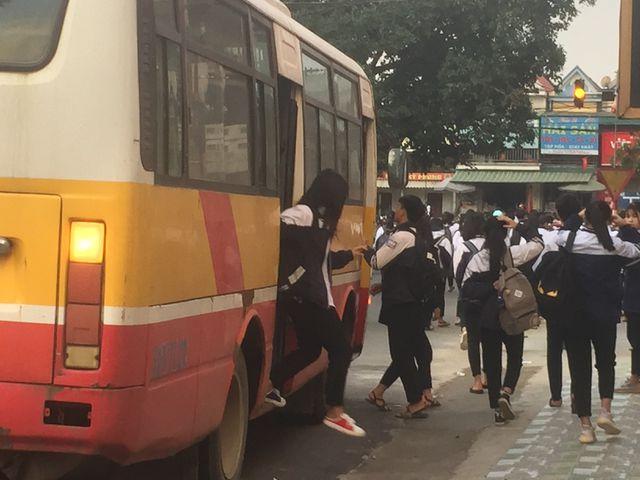Xe chở được 60 người nhưng nhồi nhét tới 109 học sinh, tài xế bị xử phạt 22,5 triệu đồng - Ảnh 1
