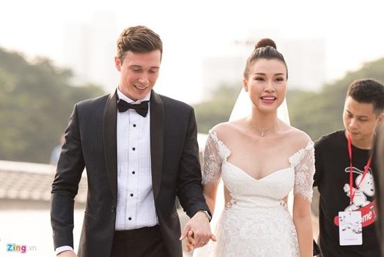 Ngắm vẻ đẹp hoàn mỹ của cô dâu Hoàng Oanh và chồng Tây trong ngày cưới - Ảnh 1