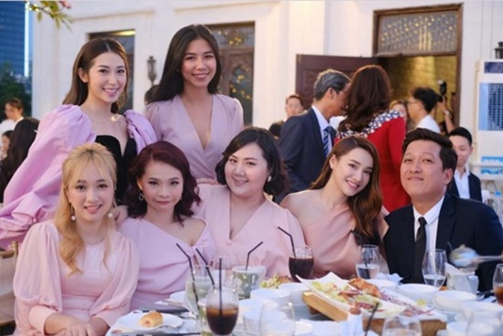 """Trường Giang chiếm sóng trong đám cưới Hoàng Oanh nhờ hành động """"cưng xỉu"""" với Nhã Phương - Ảnh 4"""