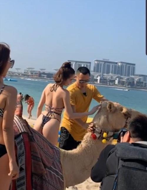 """Ngọc Trinh thả dáng trong bộ bikini """"tí hon"""" khiến dân tình """"đỏ mặt"""" - Ảnh 3"""