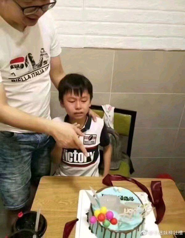 Ông bố gây sốt khi tặng con trai cưng bánh sinh nhật kèm lời nhắn: Khi trái đất còn chưa diệt vong thì con vẫn phải làm bài tập - Ảnh 1