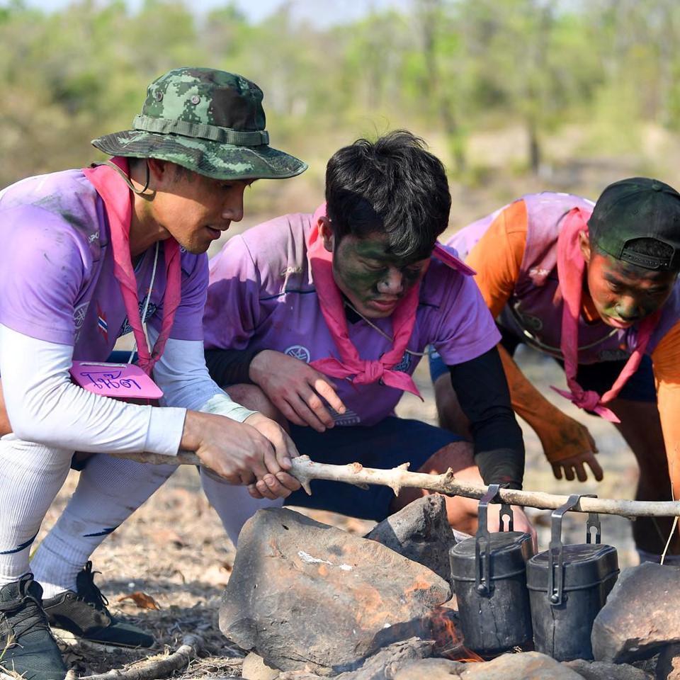 """Trường """"híp"""" xông xáo nhóm lửa, nấu canh cá cùng đồng đội ở Thái Lan - Ảnh 3"""