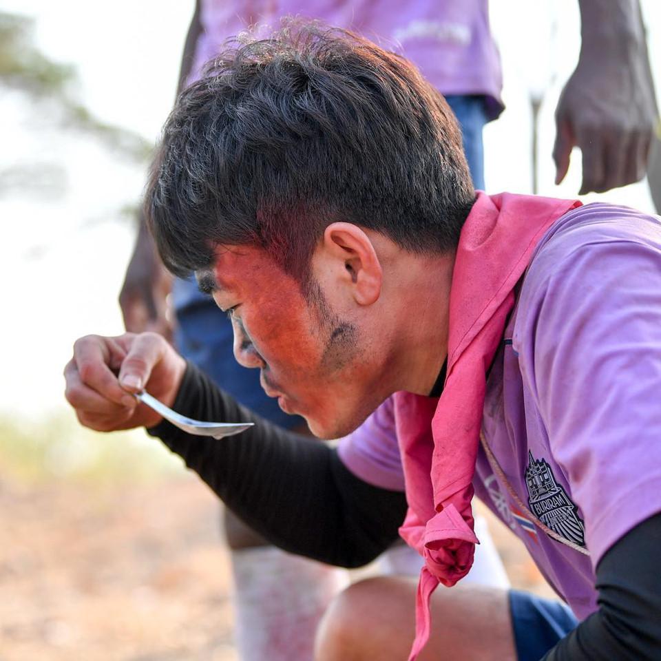 """Trường """"híp"""" xông xáo nhóm lửa, nấu canh cá cùng đồng đội ở Thái Lan - Ảnh 6"""