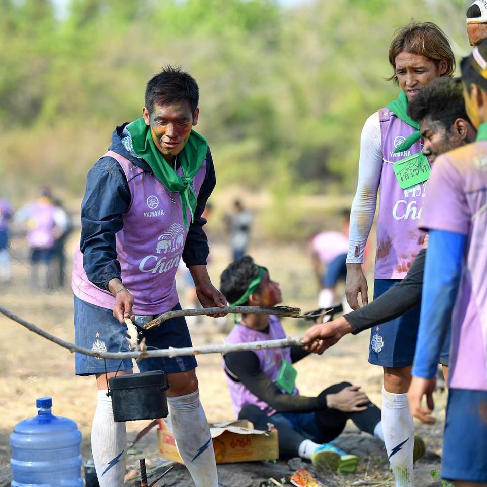 """Trường """"híp"""" xông xáo nhóm lửa, nấu canh cá cùng đồng đội ở Thái Lan - Ảnh 7"""