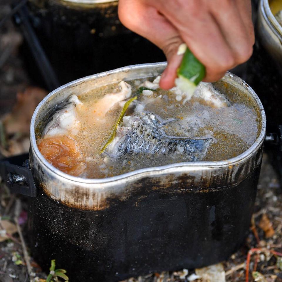 """Trường """"híp"""" xông xáo nhóm lửa, nấu canh cá cùng đồng đội ở Thái Lan - Ảnh 8"""
